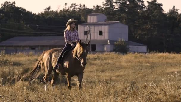 schönes Mädchen auf einem Pferd auf einer Ranch in Zeitlupe