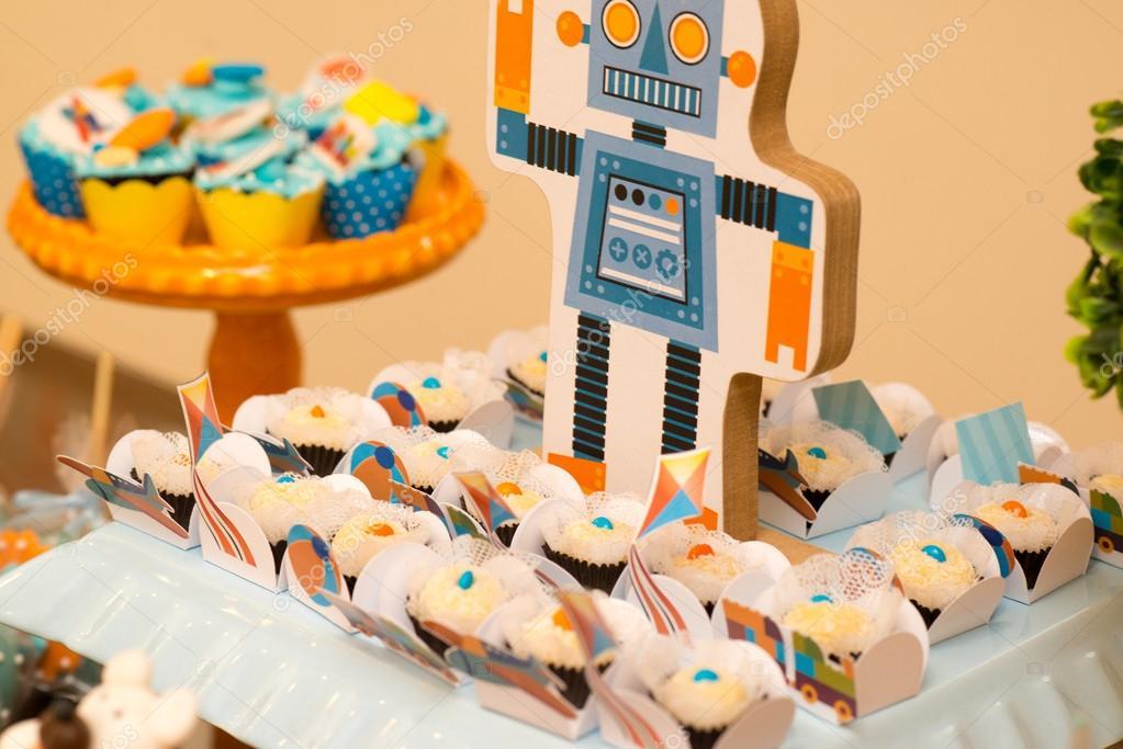 Bunte Mini Kuchen Auf Eine Junge Geburtstag Tisch Stockfoto