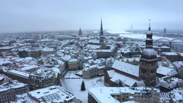 Letecký pohled na staré město Riga v zimě. Slavná letecká a turistická destinace katedrály Dómy. Cestování do Lotyšska