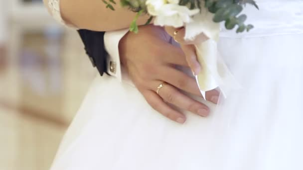 Svatební kytice a svatební prsteny