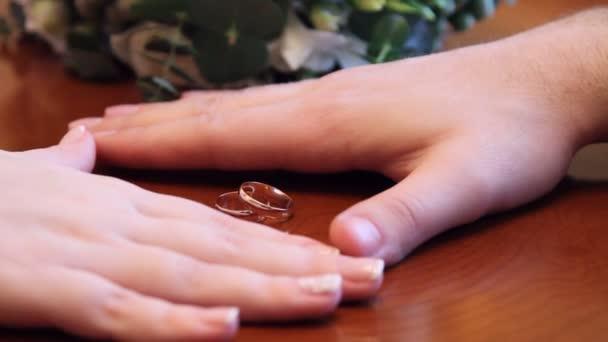 mani della sposa e dello sposo e fedi nuziali