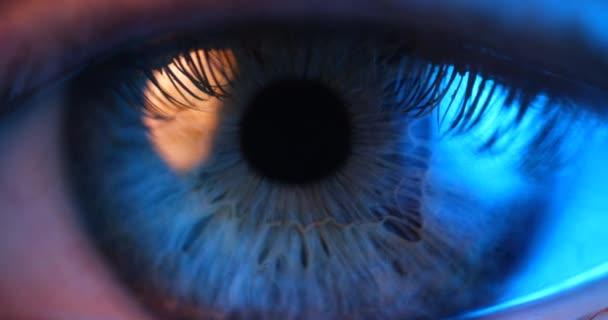 Extrémní blízkost ženského lidského oka. Ženské oko bliká.