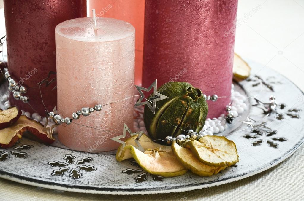 Decorazioni Da Tavola Per Natale : Decorazione della tavola di natale con quattro candele rosa e
