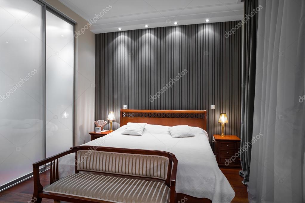 luxe slaapkamer interieur avond schot stockfoto dr. Black Bedroom Furniture Sets. Home Design Ideas