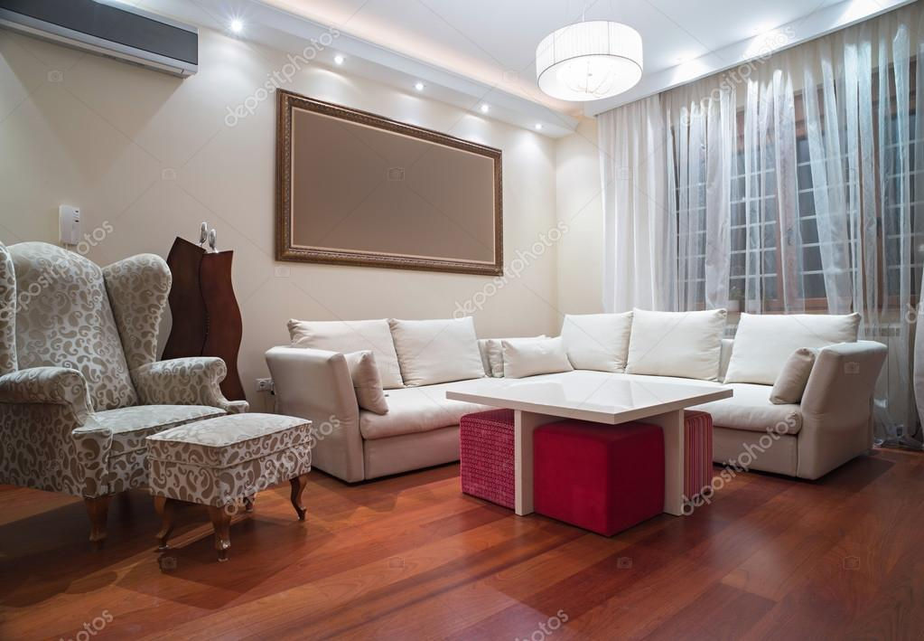 Luxe woonkamer met moderne plafond verlichting - avond schot ...