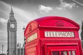 Fotografie Kultovní britská červená telefonní krabice s Big Ben na Slunečné odpoledne s modrou oblohou - černá  bílé