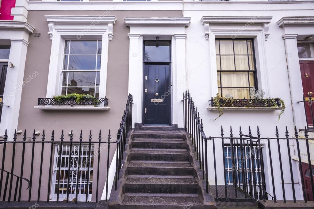 Marrones y blancas típicas coloridas casas con escaleras y puerta ...