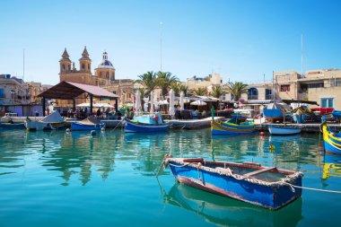 """Картина, постер, плакат, фотообои """"маршакский рынок с традиционными разноцветными рыболовными лодками, мальта """", артикул 88721392"""