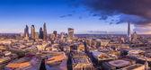 Panorámás látképe a híres üzleti negyedében Londonban napnyugtakor a sötét felhők - London, Egyesült Királyság