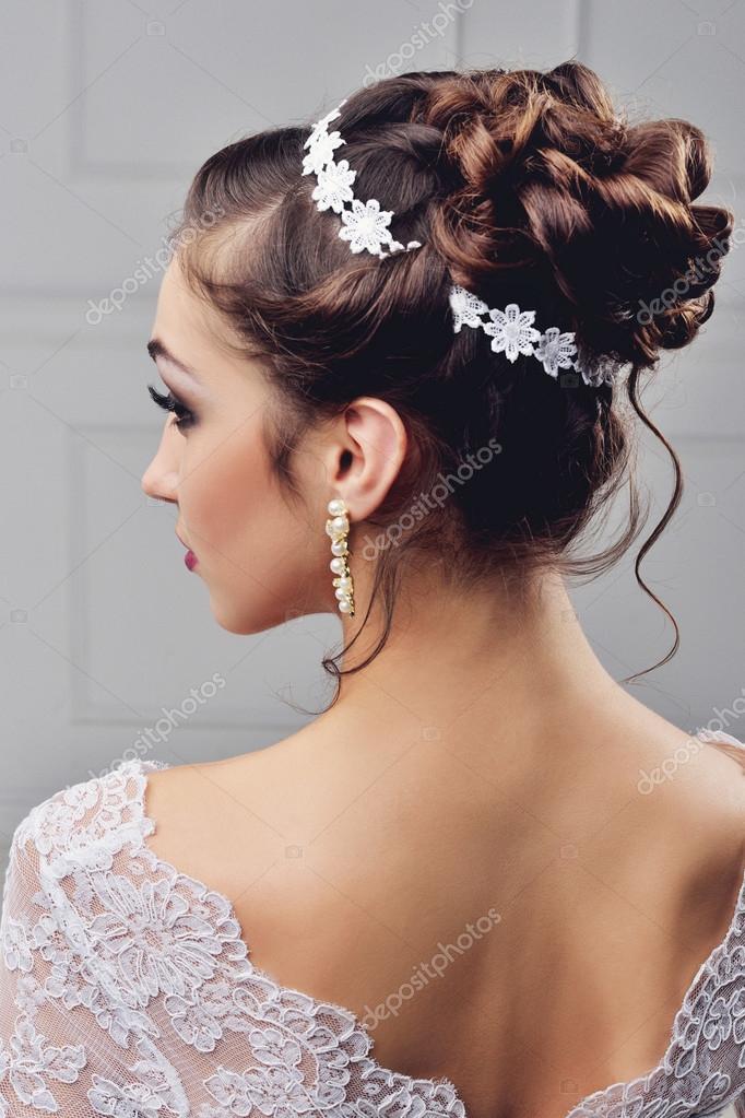 972bd35498f598 Красиві нареченої з весілля зачіска моди - на білому тлі. Крупним ...