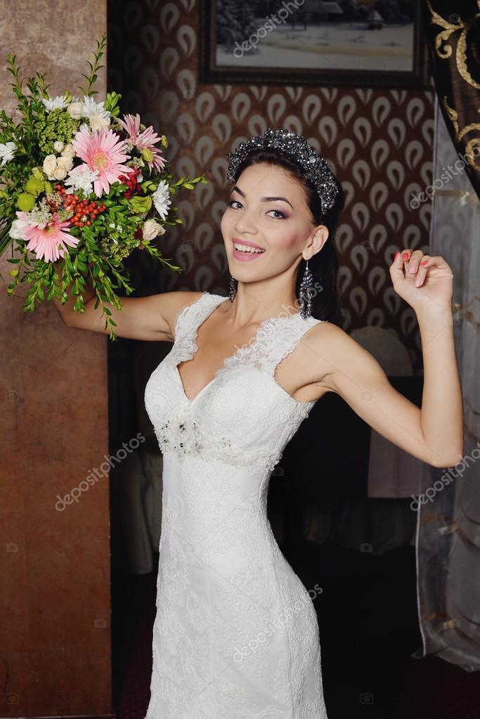 Schöne Braut Porträt Hochzeit Make-up und Frisur mit Diamant-Krone ...