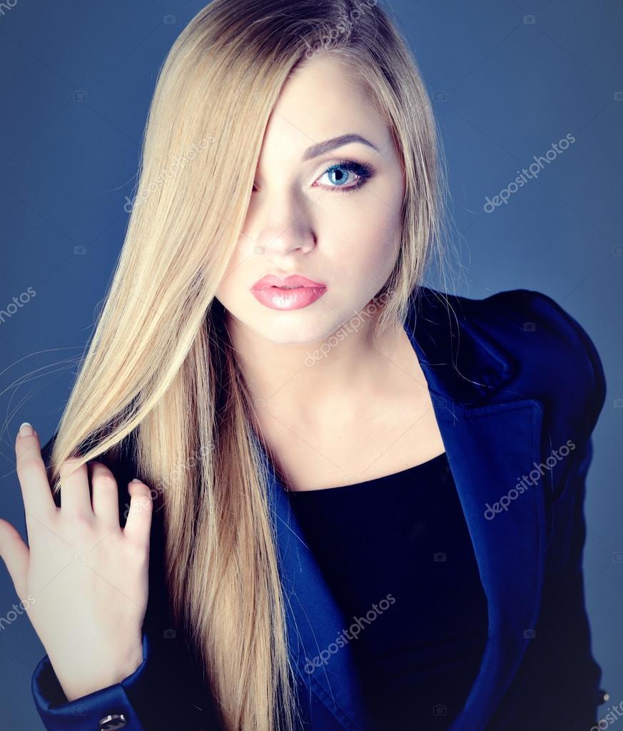 Fille Blonde Belle belle femme avec des cheveux de blonde et de maquillage mode