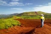 Těžba stavebních dělníků zeměměřické vrchol hory v Africe