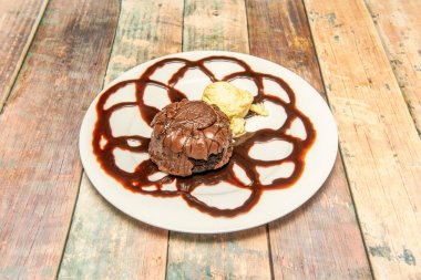 """Картина, постер, плакат, фотообои """"шоколадный вулканический десерт с ванильным мороженым на белой тарелке под углом 45 градусов"""", артикул 472675632"""