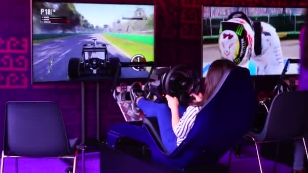 dívka na koni na simulátor rallye Formule