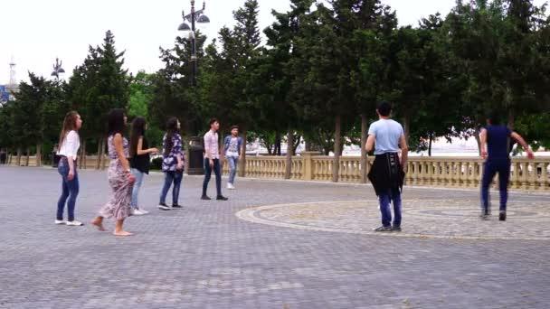 Baku, Azerbajdzsán-június 20, 2006: fiatal fiúk és lányok röplabdázik a parkban
