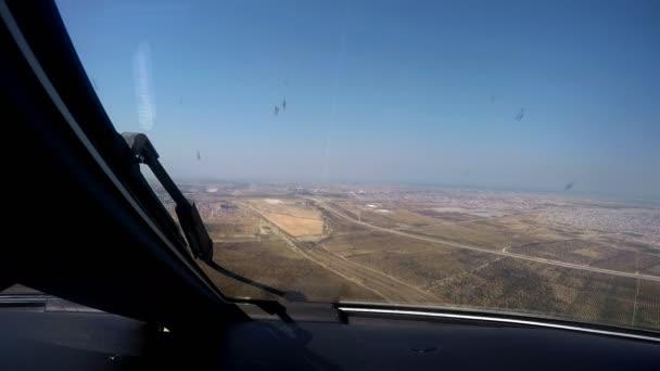 letadlo, které přistává na letišti pohled z kokpitu