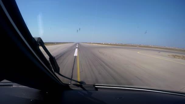 repülőgép leszállás a repülőtér kilátás a pilótafülkéből