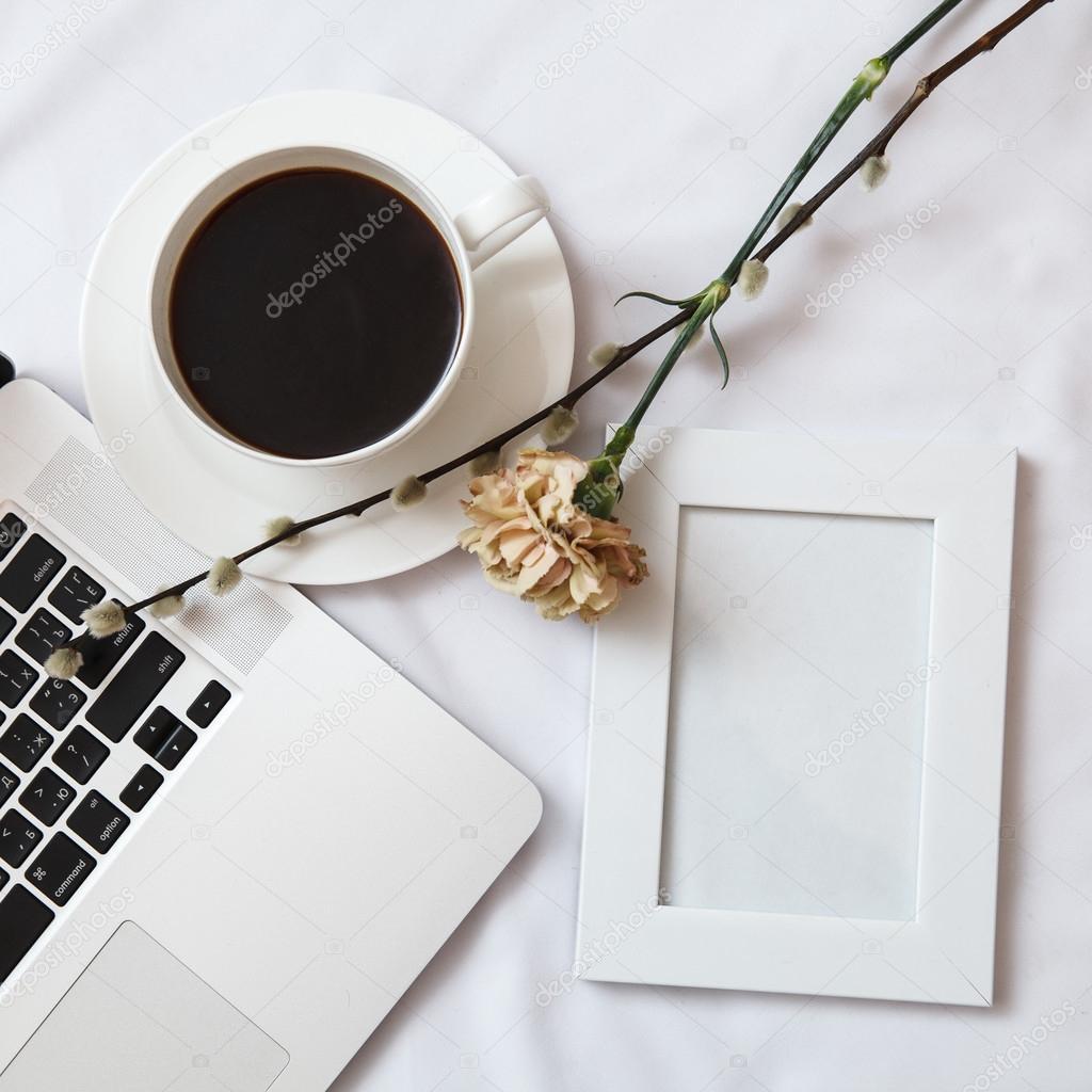 Marco de fotos blanco en blanco con café y portátil — Foto de stock ...
