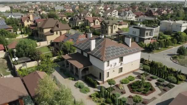 Lövöldözés a lakótelepekről napelemes fotovoltaikus panelekkel a tetőn