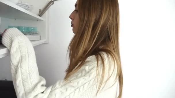 Krankes Mädchen auf der Suche nach Medizin im Schrank
