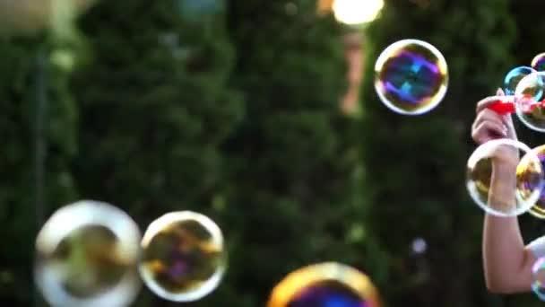 mýdlové bubliny plovoucí ve vzduchu