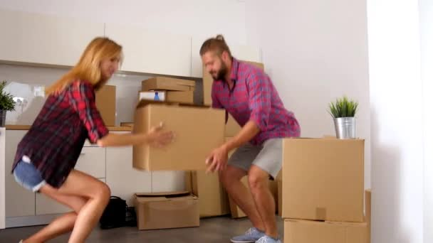 coppia basta sposta a loro nuovo appartamento