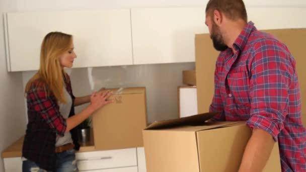 junges Paar packt aus