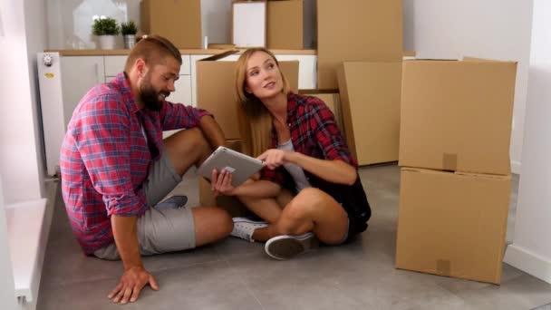 Junges Paar, sitzen auf dem Boden mit TabletPC