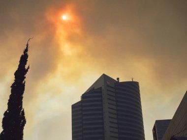 Güneşi dumanın içinden geçir. Şehrin kirli havası..