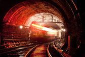 Fotografie Zug bewegt sich über Tunnel