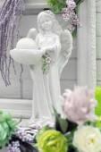figurka anděl v květech