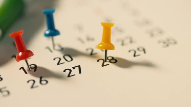 Připínáčky na pero a kalendář