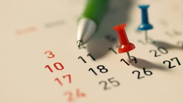 Perni di Spinta su un calendario e una penna