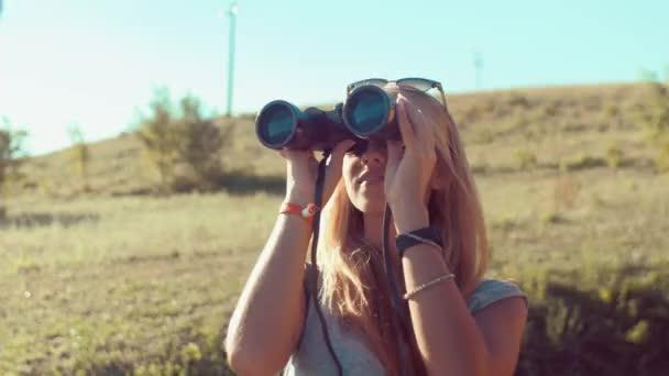 Lány keres távcsővel