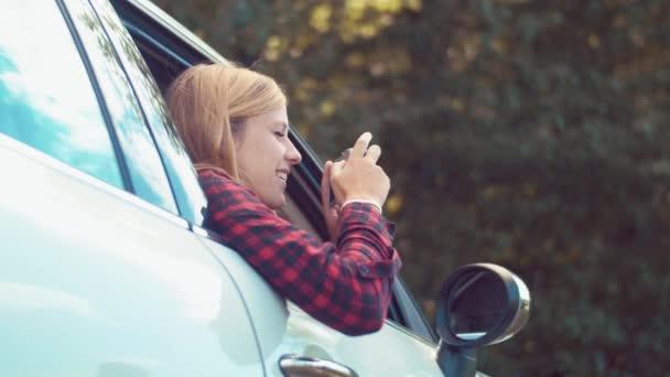 blondýnka brát fotografie z vozu