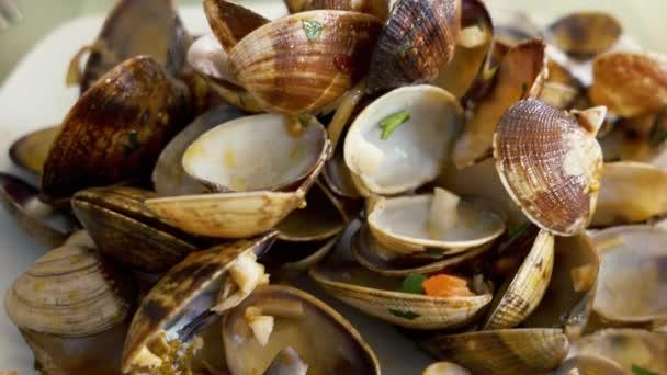 Leere Muschelschalen auf dem Teller