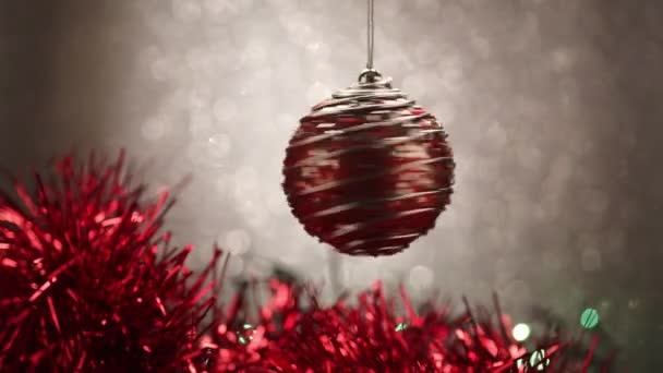 Weihnachtskugel auf blauem Hintergrund