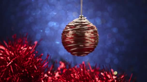 vánoční míč na modrém pozadí