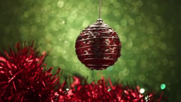 Weihnachtskugel auf grünem Hintergrund