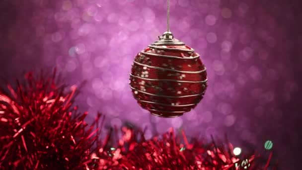 Vánoční koule na fialovém pozadí