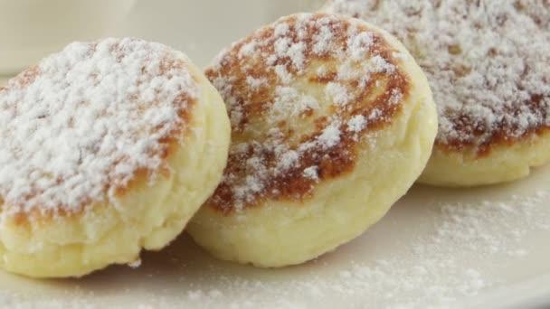 sýrové palačinky s kysanou smetanou a marmeládou, záběr