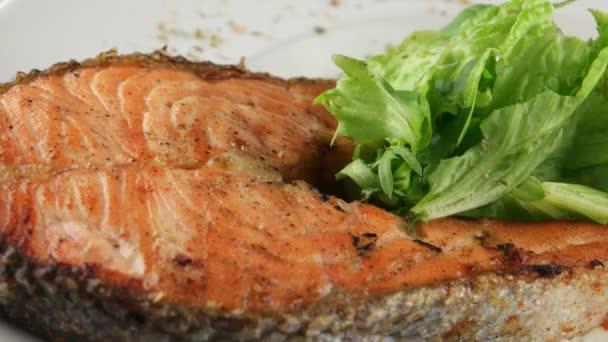 GRILOVANÝ Steak z lososa s listovým špenátem