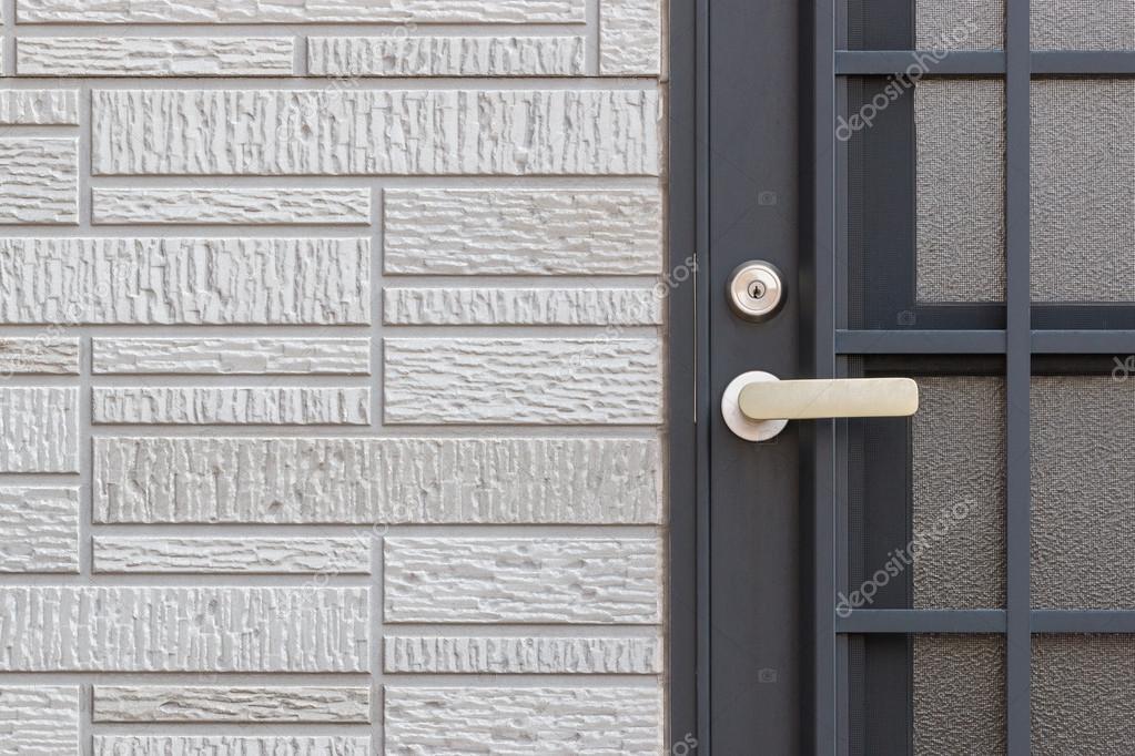 Bakstenen Binnenmuur Behandelen : Moderne deur behandelen sleutelvergrendeling op zwarte deur