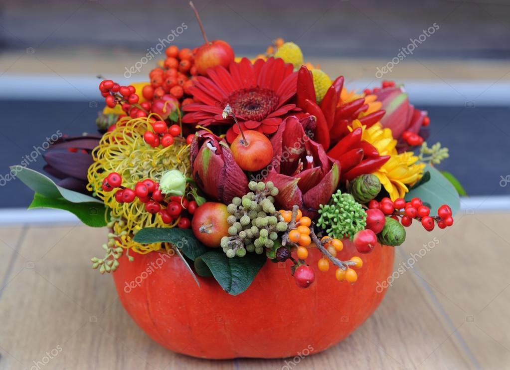 Etwas Neues genug Herbst Blumenstrauß in einer Vase aus Kürbis — Stockfoto @XR_25