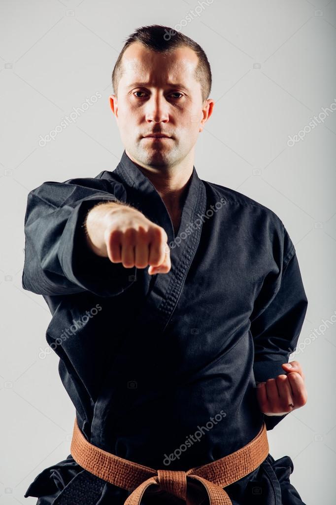 Varón joven con formación de combate de karate cinturón naranja — Fotos de  Stock 881f6a005346