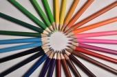 Barevné tužky v barevné paletě