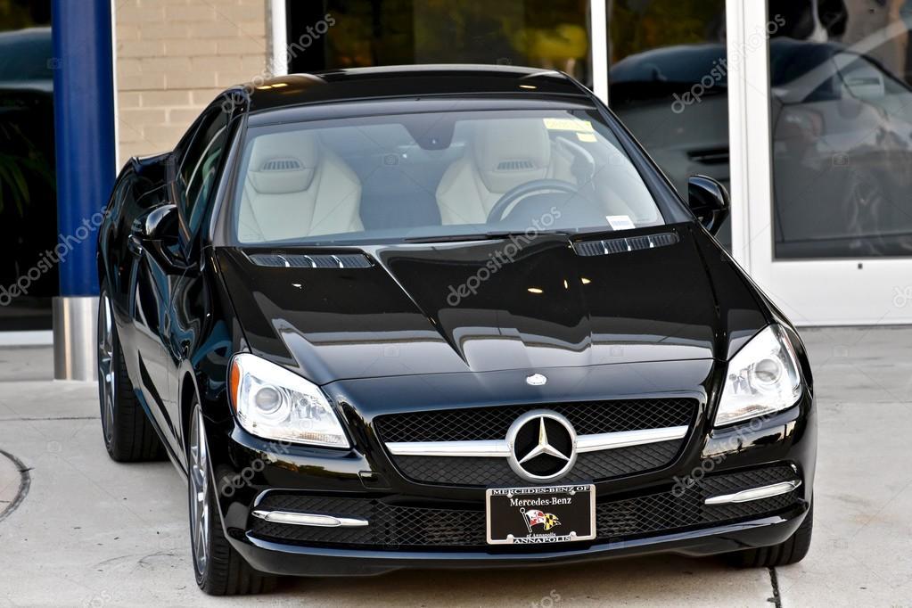 neue mercedes-benz vor autohaus geparkt — redaktionelles stockfoto