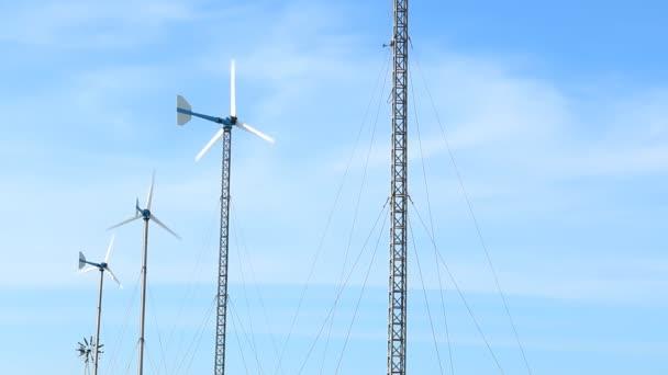 větrná turbína na modré obloze pozadí