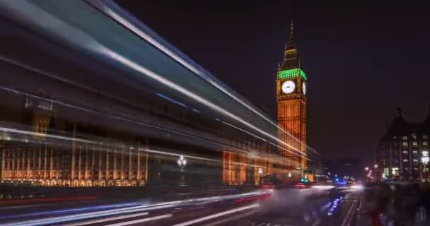 Za úsvitu byl velký Ben a Parlament v Londýně.